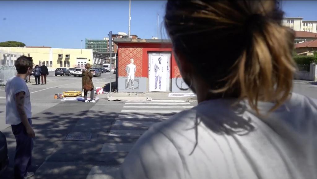 Mart Signed al lavoro su murales Mart e il mare di fronte al Museo Giovanni Fattori