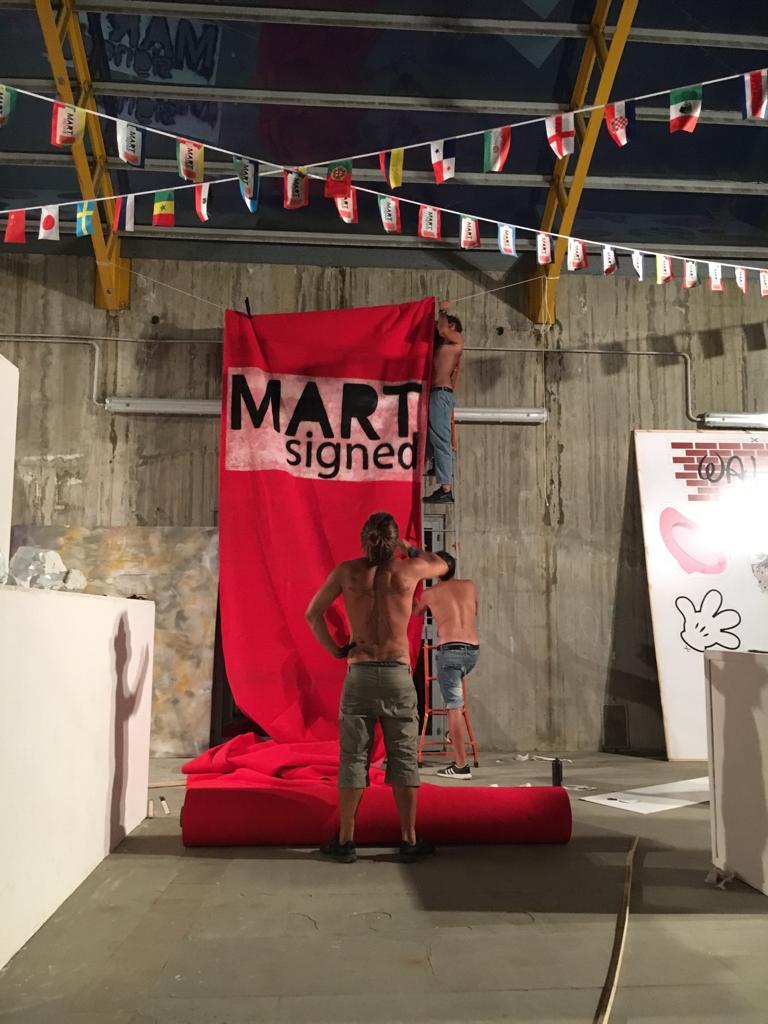 Mart Signed mentre prepara una performance